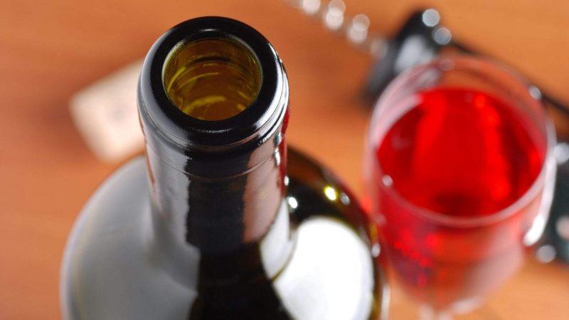 Open bottle of wine attracts fruit flies